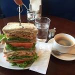 茗荷谷デカ盛りカフェ!「キノーズ(Qino's)」でアメリカンクラブハウスサンドイッチ!