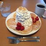 デカ盛りパンケーキ!「エッグスンシングス ラゾーナ川崎店」でストロベリーホイップクリーム!